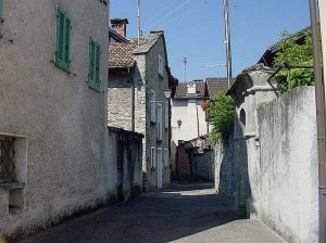 Via Rivapiana, a typcal narrow street, just wide enough for one car